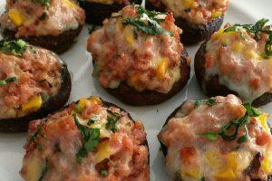 Funghi ripieni con salsiccia e formaggio
