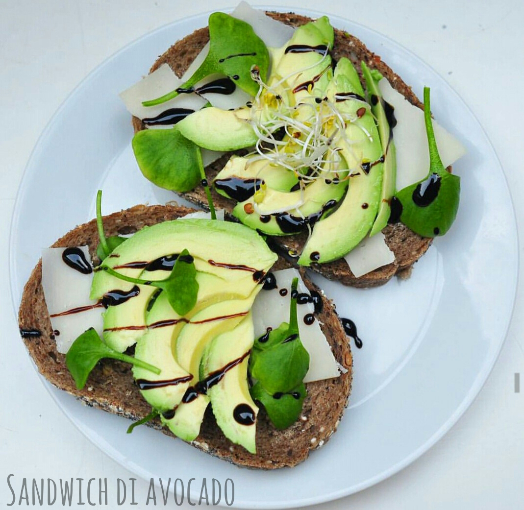 Sandwich con avocado e parmigiano