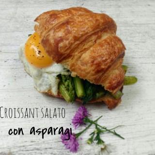 Croissant salato con asparagi