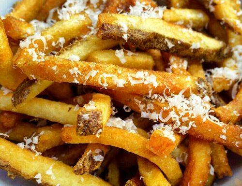 Finte patatine fritte al parmigiano cotte al forno