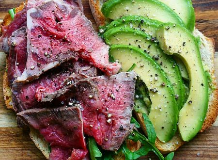 Panino con roast beef e avocado