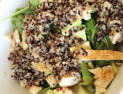 Insalata di quinoa con pollo e avocado
