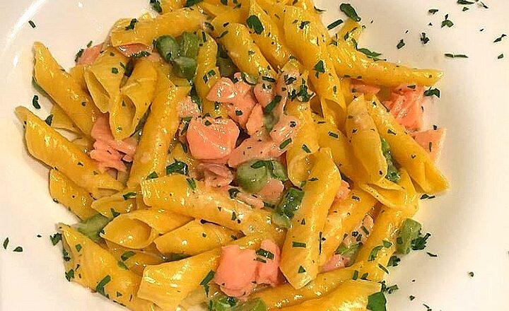 Pasta al salmone e asparagi