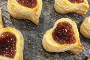 Cuori di pasta sfoglia con marmellata