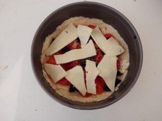 Sbriciolata salata con pomodorini mozzarella e olive