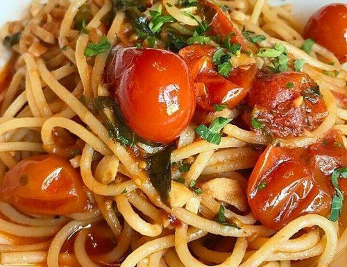 Spaghetti con pomodorini e acciughe