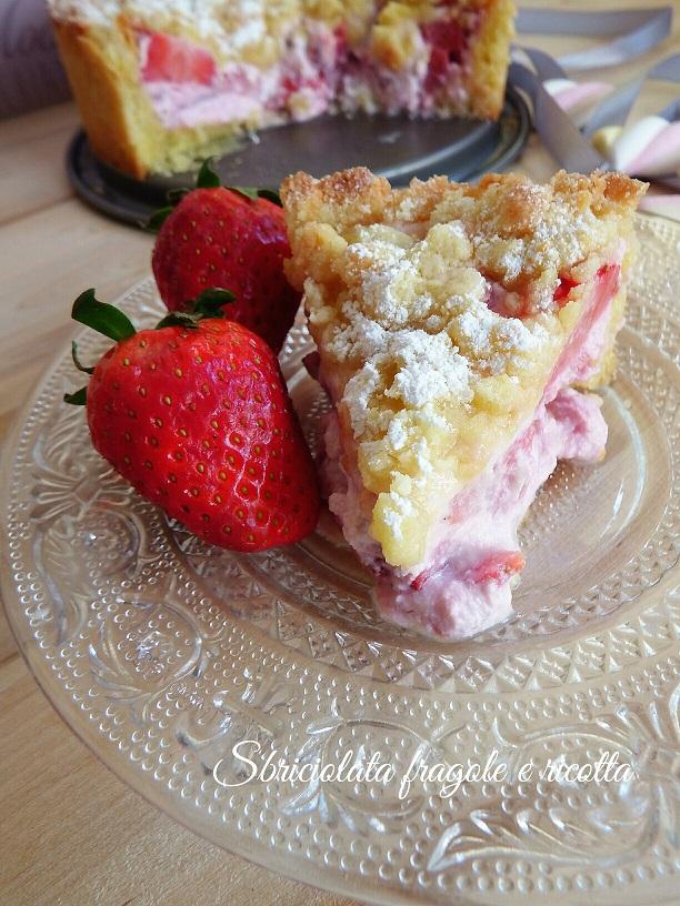 Torta sbriciolata con fragole e ricotta