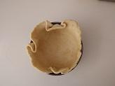 Foderate lo stampo a cerniera precedentemente imburrato e infarinato con pasta brisèe, e bucherellate con i rebbi della forchetta.