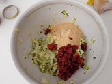In una ciotola metti le patate con le zucchine, il parmigiano, prezzemolo e amalgama il tutto