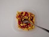 Lavate le fragole tagliate a pezzetti e mettete in una ciotola con lo zucchero ed il succo di limone.