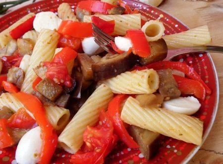 Pasta fredda con peperoni melanzane e mozzarella