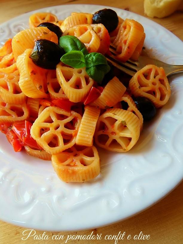 Pasta al sugo di pomodori confit e olive
