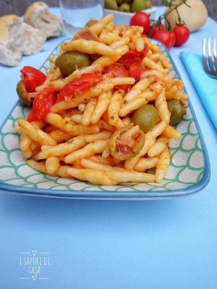 Pasta con pomodorini tonno e olive
