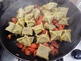 Fagottini di pasta all'uovo con asparagi e pomodorini