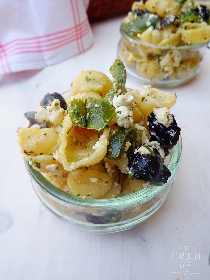 Insalata di pasta alla greca con peperoni e feta