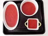 Metti in padella spicchio d'aglio in camicia con due cucchiai di olio extravergine d'oliva, senza soffriggere aggiungi immediatamente la passata di pomodoro a fiamma media per 15 minuti. A fine cottura aggiungi i capperi, le olive taggiasche tagliate a rondelle e insaporisci con sale e un pizzico di Tabasco