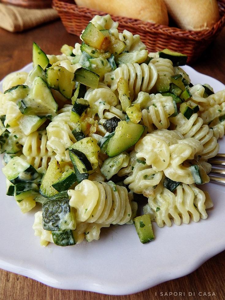 Pasta cremosa con zucchine e pesto