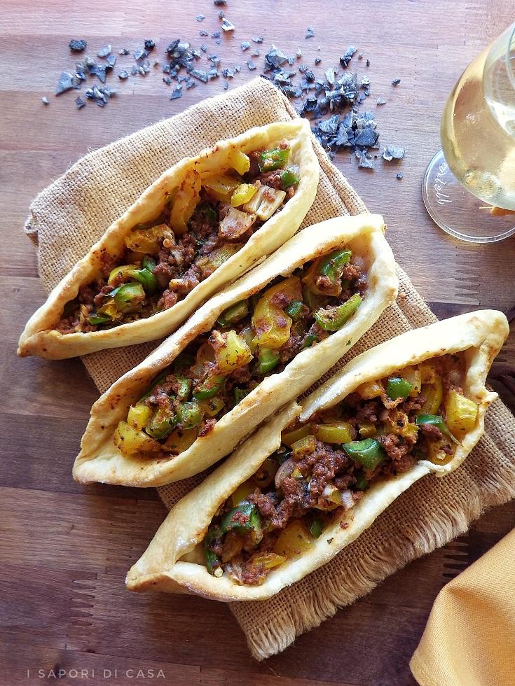 Kiymali pide -barchette con carne e e verdure