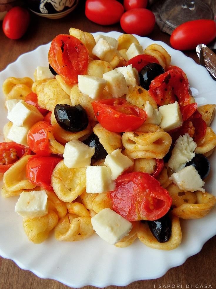 Orecchiette con pomodorini olive e mozzarella