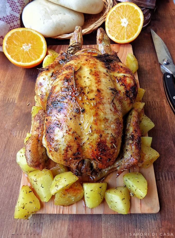 Metti sulla base della pirofila un filo d'olio, poni sopra il pollo e fai rosolare a forno già caldo a 200° per circa 10 minuti, sfuma poi con il vino bianco.