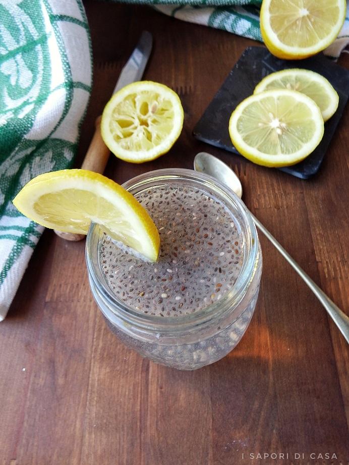 Acqua aromatizzata con limone semi di chia
