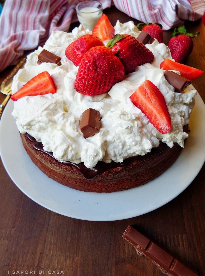 Poke cake alle fragole e cioccolato
