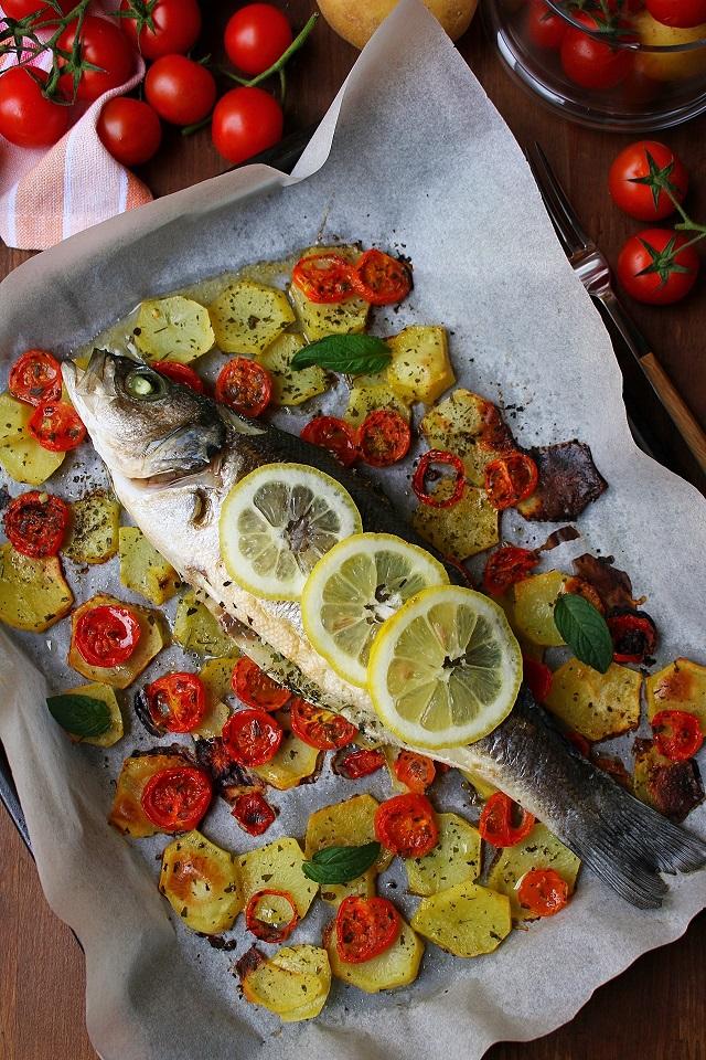 Branzino al forno con patate e pomodorini i sapori di casa for Cucinare branzino