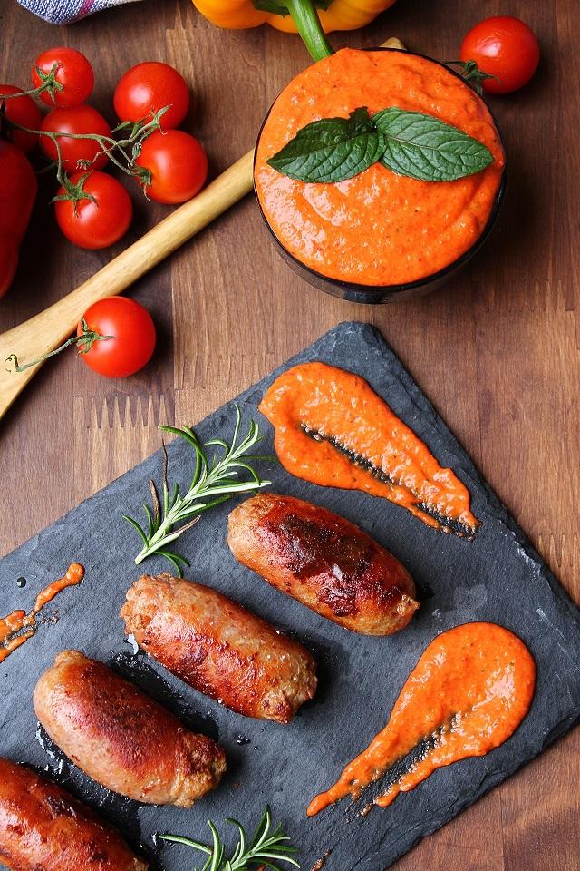 Salsicce con salsa romesco