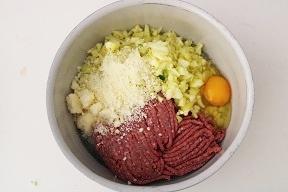 Zucchine ripiene di carne al sugo