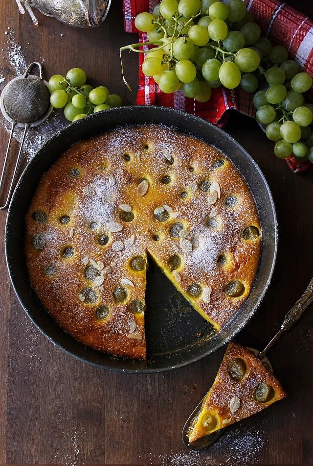 Focaccia dolce con uva e mandorle