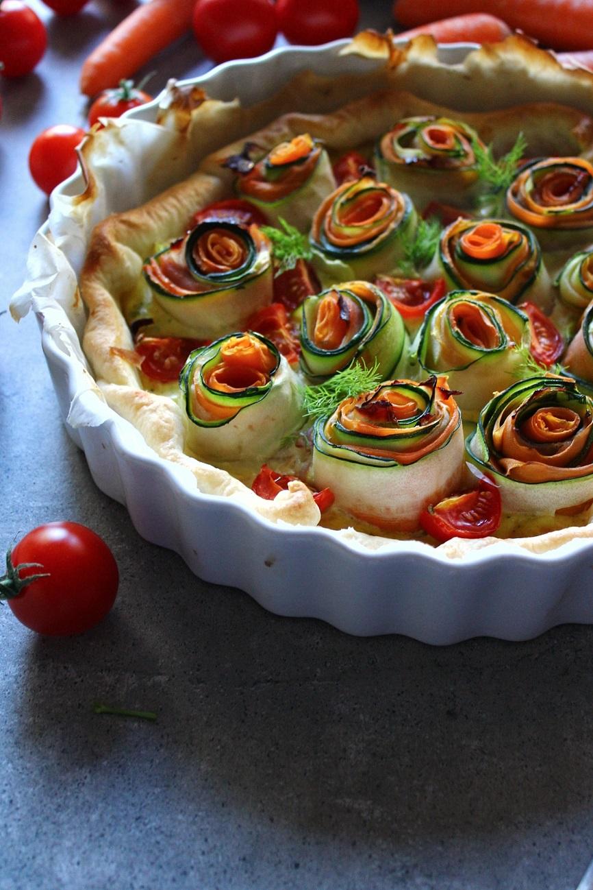 Torta salata con rose di verdure