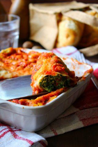 Cannelloni con spinaci e ricotta al sugo