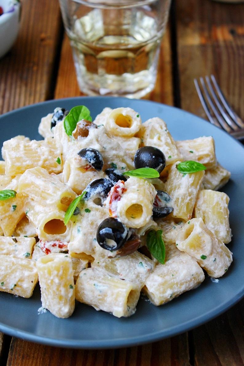 Pasta fredda con ricotta pomodori secchi e olive