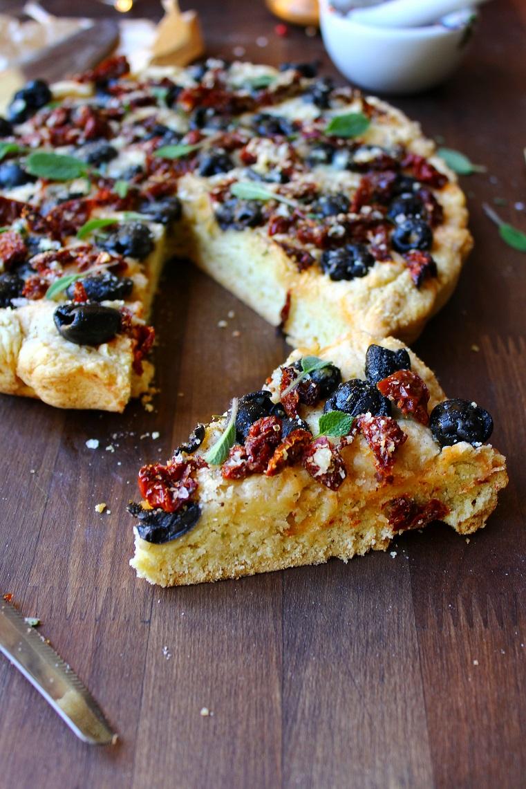 Focaccia con olive e pomodori secchi