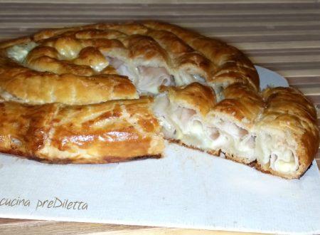 Spirale di pasta sfoglia con prosciutto e mozzarella