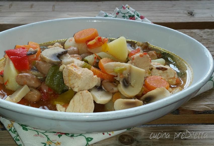 Zuppa di pollo con fagioli, peperoni e funghi