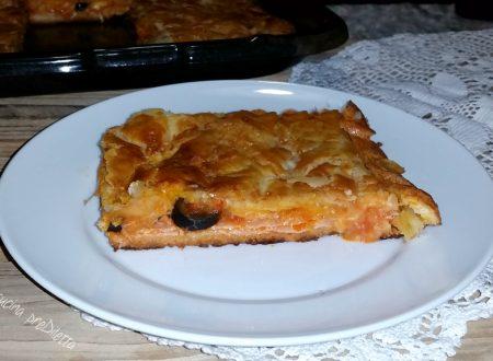 Pizza coperta con pasta sfoglia, ricetta veloce