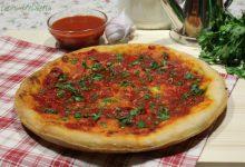 Pizza marinara con aglio e prezzemolo