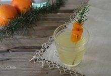 Aperitivo con vino bianco all'arancia