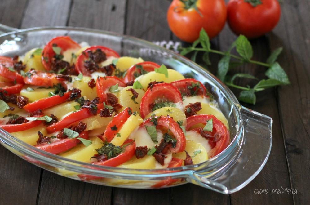 Insalata calda con patate, pomodori e mozzarella