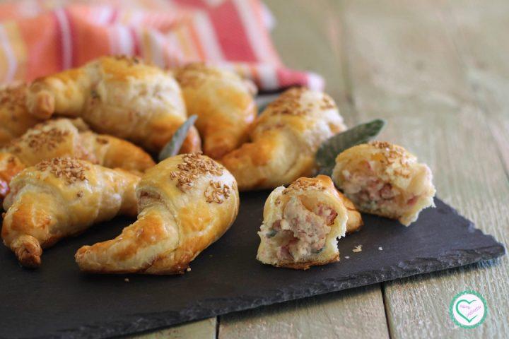 Cornetti salati con formaggio cremoso, prosciutto e salvia