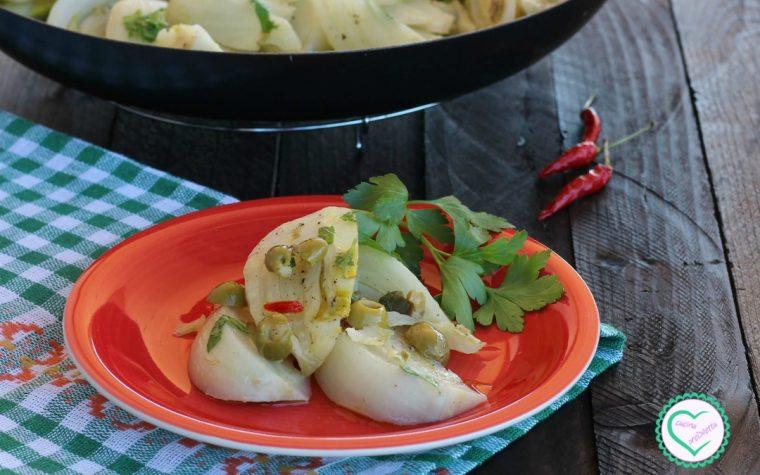 Finocchi con olive, capperi e peperoncino