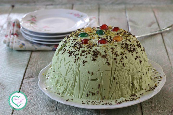 Cupola di gelato al pistacchio con ricotta e canditi