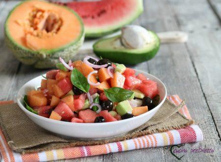 Insalata di frutta, olive e cipolla