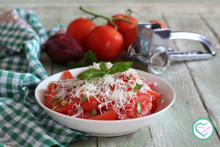 Pomodoro e cipolla con ricotta salata