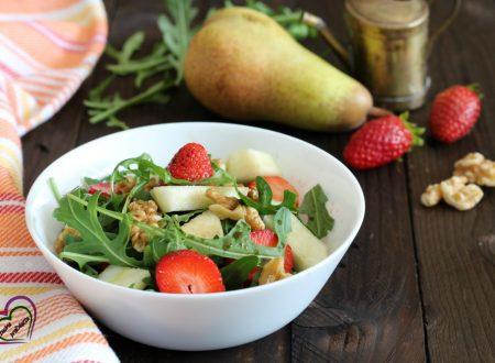 Insalata di rucola, noci e frutta