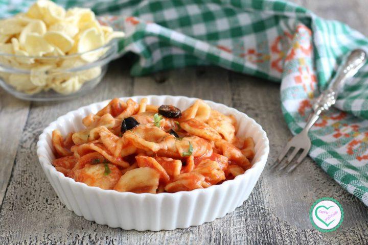 Orecchiette con scamorza, olive e pomodoro