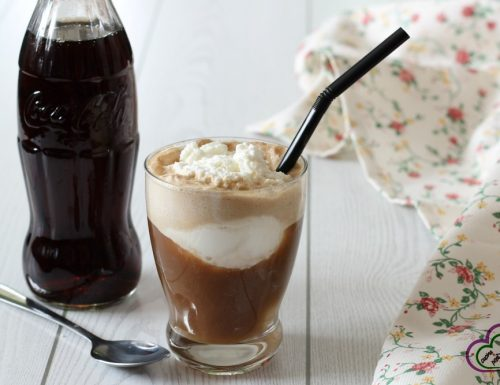 Coca cola con gelato e panna (coke float)