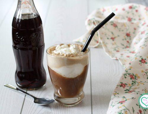 Coca cola con gelato e panna (coke float)