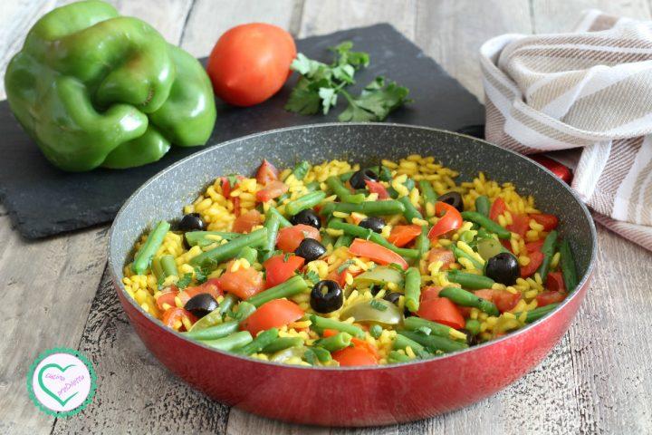 Paella vegetariana con fagiolini e peperoni